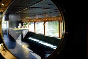Der Innenraum mit Bar